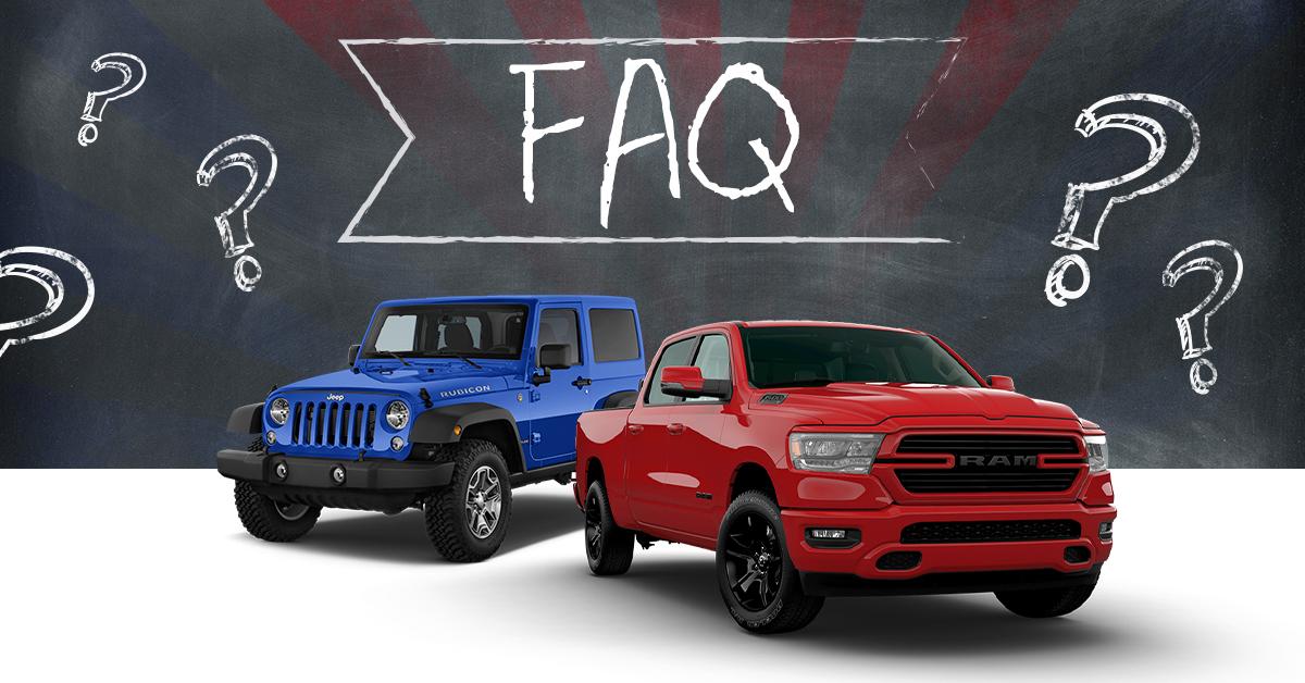 FAQs, un RAM rouge et un Jeep bleu