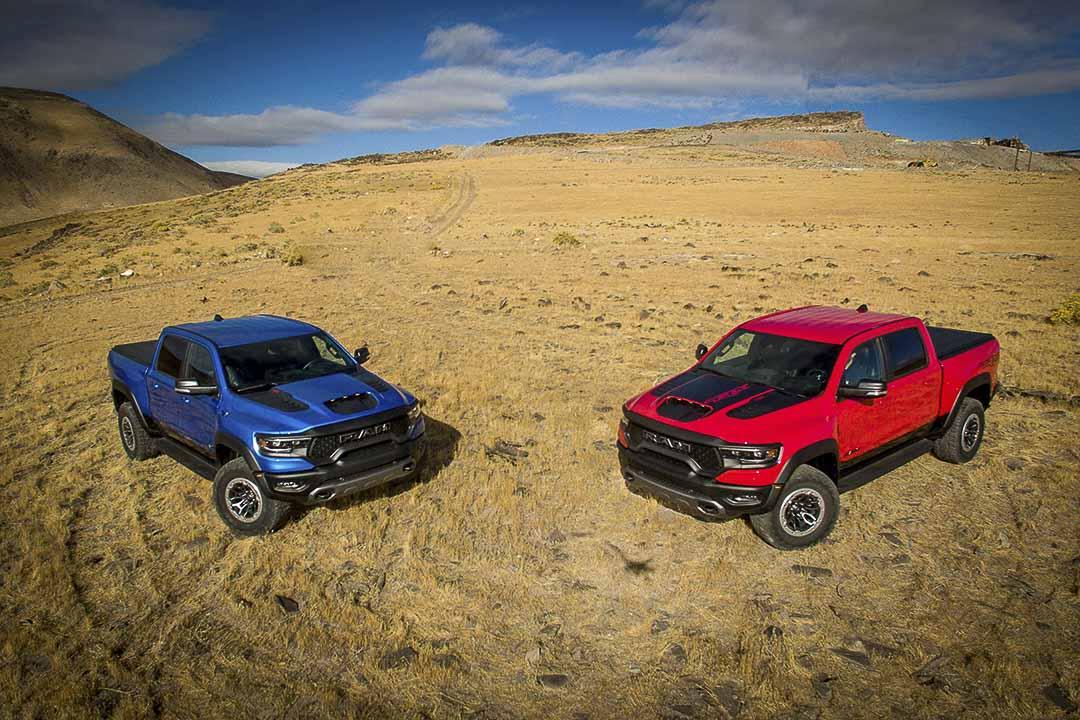 deux RAM 1500 TRX 2021 en bleu et en rouge