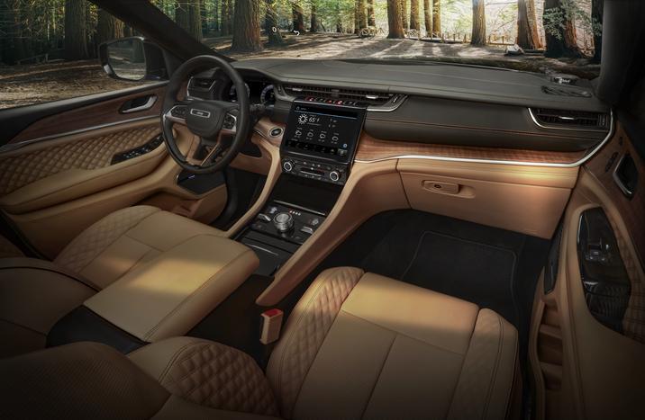 Cockpit avant du Jeep Grand Cherokee 2021 incluant sa planche de bord avec toutes ses technologies