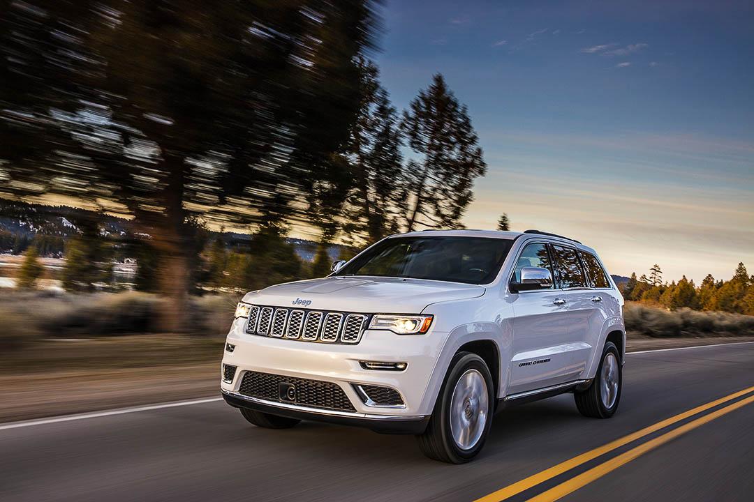 Le Jeep Grand Cherokee 2021 Summit couleur blanc sur la route