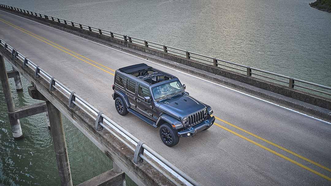 vue trois quart avant du Jeep Wrangler High Altitude 4xe 2021 traversant un pont