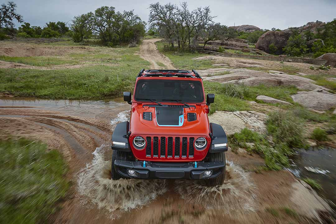 vue avant du Jeep Wrangler Rubicon 4xe 2021 sur un terrain boueux