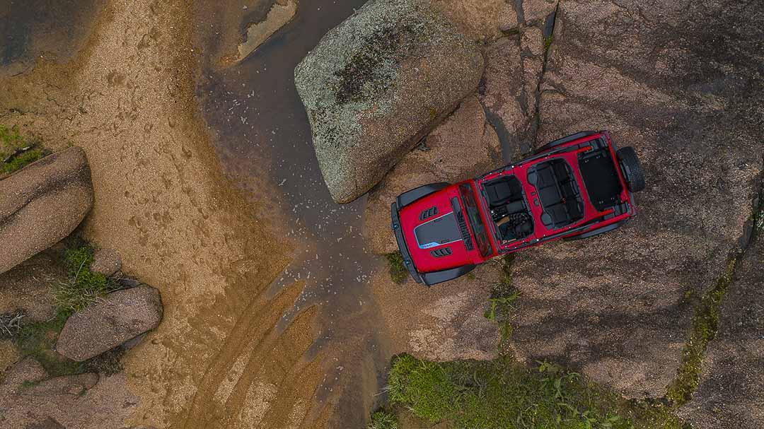 vue en contre-plongée du Jeep Wrangler Rubicon 4xe 2021
