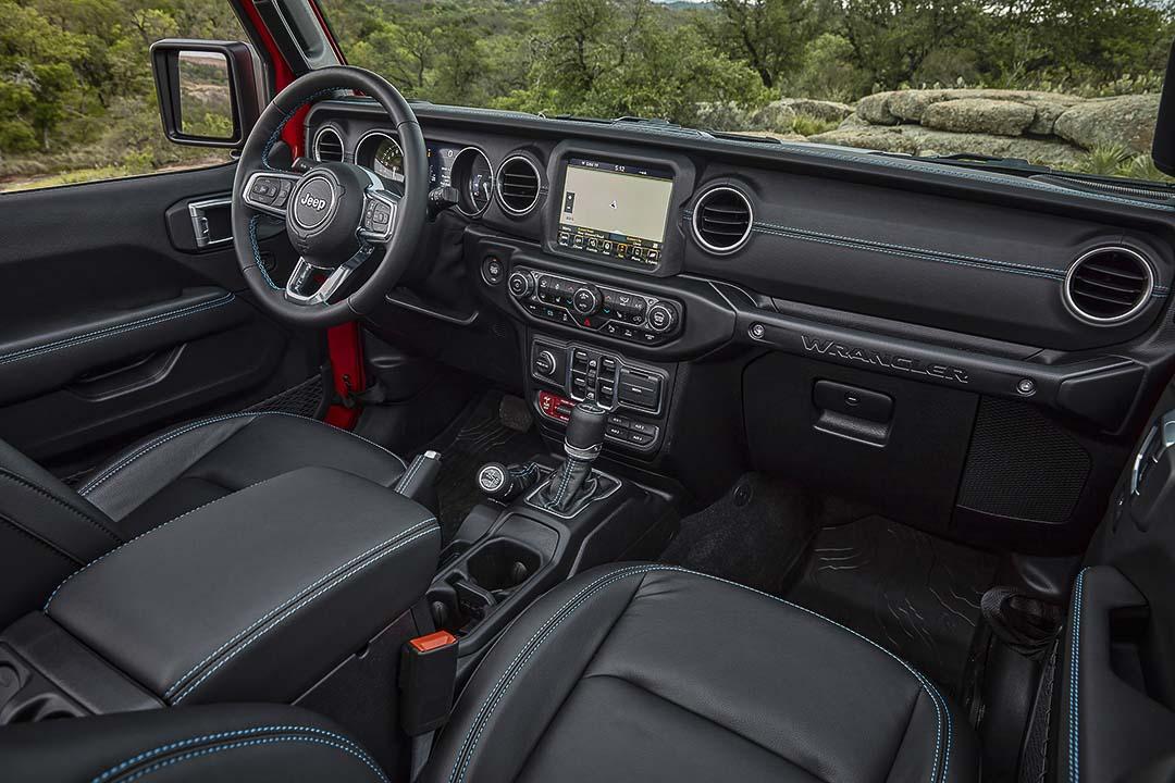 vue de la planche de bord, du volant et de la console centrale à bord du Jeep Wrangler Rubicon 4xe 2021